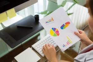 biznes-kobieta-pracuje-w-biurze-wykresie-finansowej_1232-1540