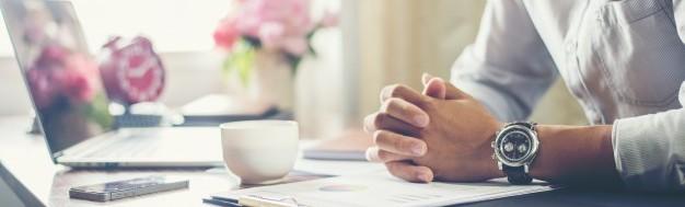 biznesmen-pracy-na-biurku-z-filiżanką-kawy-w-biurze_1150-710